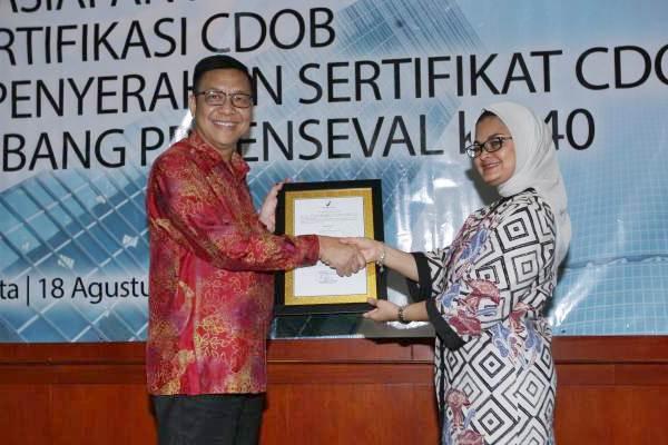 Kepala BPOM Penny Kusumastuti Lukito (kanan) menyerahkan sertifikasi Cara Distribusi Obat Yang Baik (CDOB) & penyerahan sertifikat CDOB cabang pengusaha besar farmasi Enseval ke-40 kepada Presdir PT Enseval Putera Megatrading Djonny Hartono, di Jakarta, Jumat (18/8). - JIBI/Dedi Gunawan