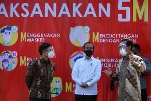 Presiden Joko Widodo Tinjau Vaksinasi Pedagang di Pasar Beringharjo Yogyakarta