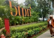 Pejalan kaki melintas di dekat logo PT Bank BTPN Tbk. di Jakarta, Selasa (16/10/2018)./JIBI-Dedi Gunawan