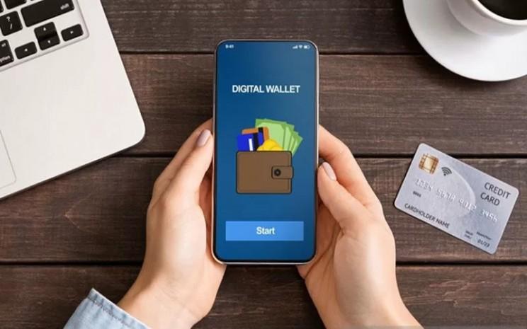 Wanita memegang smartphone dengan aplikasi dompet digital.  - ANTARA