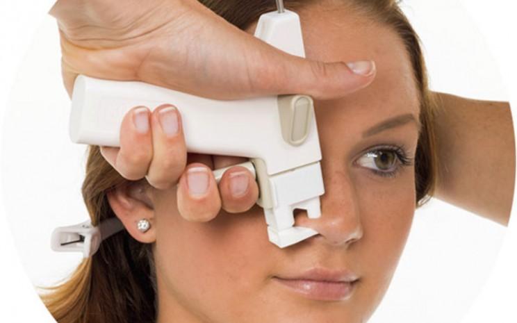 Ilustrasi. Tindik Hidung.Perlu profesional untuk menindik hidung agar aman.  - Blomdahl.com