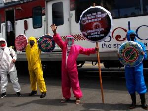 Relawan di Solo Pakai Baju Hazmat Turun ke Jalan Saat Peringati Satu Tahun Pandemi Covid-19 di Indonesia