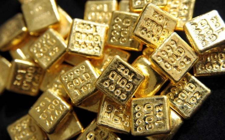 Emas batangan 24 karat ukuran 1oz atau 1 ons, setara 28,34 gram. Dalam setahun terakhir, harga emas mengalami pergerakan ekstrim ; mencapai puncak US2.000 per troy ounce dan kemudian limbung ke level US1.700. - Bloomberg