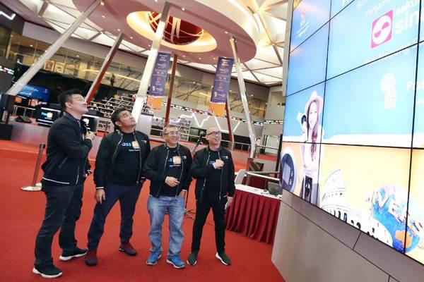 Direktur Utama PT Yello Integra Datanet (Passpod) Hiro Whardana (kedua kiri), Komisaris Andrew Suhalim (kiri), Direktur Wewy Susanto (kedua kanan) dan CEO Digitaraya Google Developer Launchpad Yansen Kamto berbincang usai membuka perdagangan saham sekaligus pencatatan perdana saham PT Yelooo Integra Datanet Tbk (YELO), di Bursa Efek Indonesia, Senin (29/10/2018). - JIBI/Nurul Hidayat
