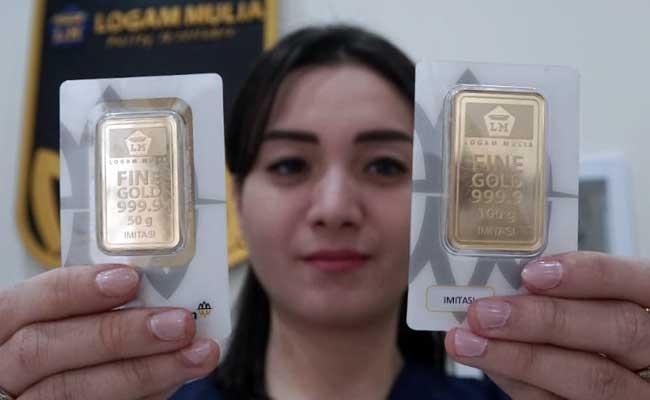Karyawan menunjukan logam mulia di Butik Emas Antam, Jakarta, Selasa (11/2/2020). Bisnis - Himawan L Nugraha
