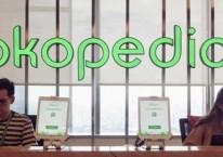 Karyawan beraktivitas di dekat logo Tokopedia di Jakarta, Selasa (28/1). Bisnis/Himawan L Nugraha