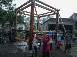 Tradisi Memindahkan Rumah Panggung Kayu di Yogyakarta