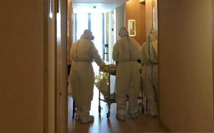 Tim medis dari Rumah Sakit Changle, Fuzhou, Provinsi Fujian, China, menggelar tes usap yang ketiga kalinya kepada para penumpang pesawat dari Jakarta yang sedang menjalani karantina pencegahan Covid-19 sejak 23 Oktober 2020. - Antara\\r\\n