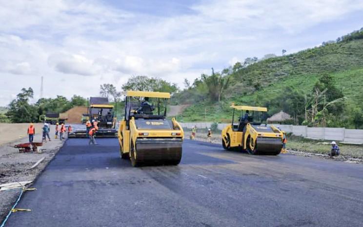 Proses pengaspalan untuk service road dilaksanakan dengan hati-hati dan presisi karena harus memiliki permukaan yang halus dan terjaga dari kerusakan.  - Kementerian BUMN