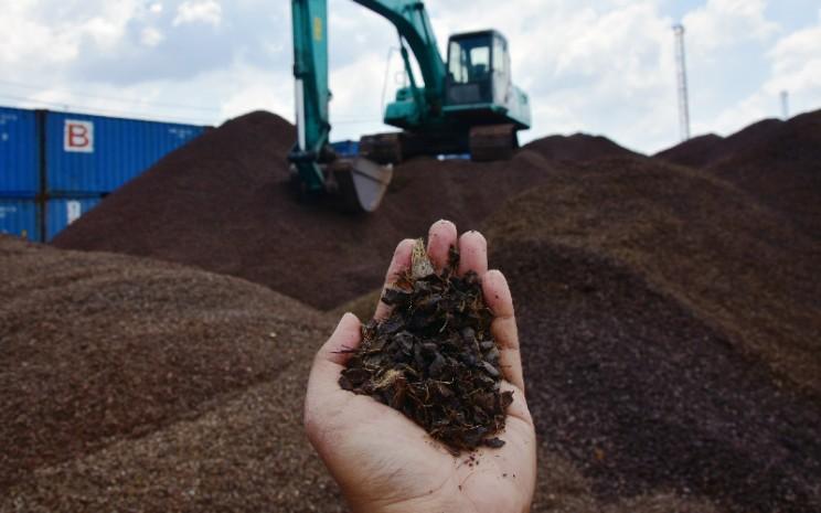 Cangkang sawit yang dianggap limbah kini menjadi salah satu komoditas ekspor.  - Antara.