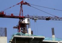 Sebuah alat berat (tower crane) milik PT Adhi Karya (Persero) Tbk mengangkut bahan bangunan di sebuah proyek gedung bertingkat di Jakarta./ANTARA FOTO-Widodo S. Jusuf