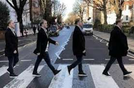 Wow, Papan Penunjuk Jalan Legendaris Abbey Road Laku…