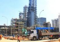 Pekerja beraktivitas di proyek pembangunan pabrik Polyethylene (PE) baru berkapasitas 400.000 ton per tahun di kompleks petrokimia terpadu PT Chandra Asri Petrochemical Tbk (CAP), Cilegon, Banten, Selasa, (18/6/2019)./Bisnis-Triawanda Tirta Aditya