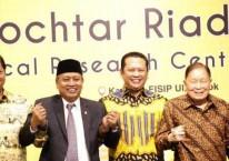 Menteri Riset Teknologi dan Pendidikan Tinggi Mohamad Nasir (kedua kiri), Pengusaha Mochtar Riady (kedua kanan), Rektor UI Muhammad Anis (kanan), Menteri Perindustrian Airlangga Hartarto (kiri) dan Ketua DPR Bambang Soesatyo (tengah) berjabat tangan usai meresmikan Gedung Mochtar Riady FISIP Universitas Indonesia (UI), Depok, Jawa Barat, Kamis (2/5/2019)./ANTARA-Yulius Satria Wijaya