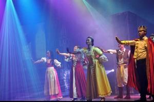 Penampilan Operet Berjudul Sirkus Bulan Sabit di Bali