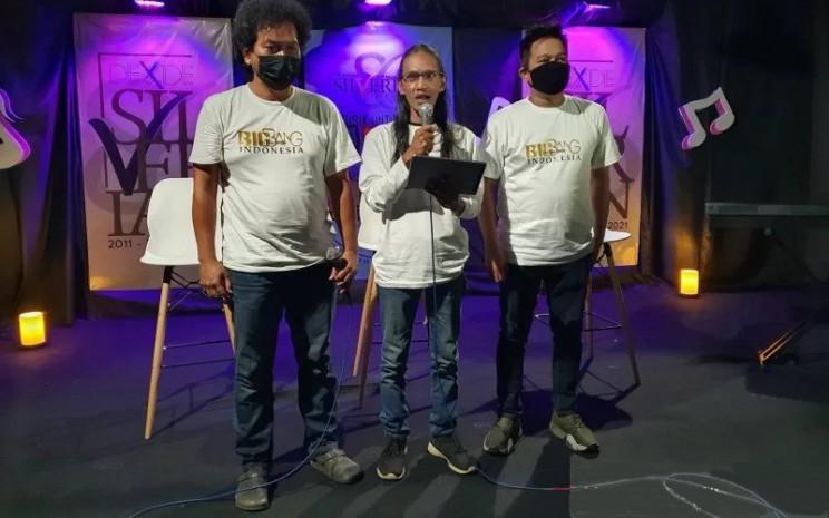 Musisi Fadhil Permana, Iwang Noorsaid, dan Denny Djatnika dalam konferensi pers persiapan Big Bang Indonesia, Ayo Bermusik untuk Bangsa Indonesia, Minggu (7/3/2021).  - ANTARA