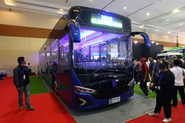 Pengunjung melihat-lihat bus listrik produksi PT Mobil Anak Bangsa (MAB) pada ajang Giicomvec 2018 di Jakarta.  - Bisnis.com/Dwi Prasetya
