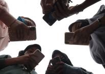 Sejumlah remaja menggunakan ponsel saat berkomunikasi di Medan, Sumatera Utara, Jumat (17/4/2020). Pemerintah beserta operator seluler sepakat akan tetap memberlakukan aturan blokir Internasional Mobile Equipment Identity (IMEI) mulai 18 April 2020 dalam upaya memberantas ponsel atau HP ilegal yang banyak beredar di pasaran./ANTARA FOTO-Septianda Perdana
