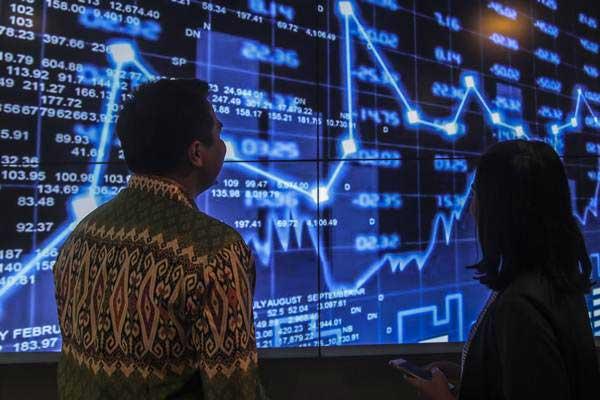 Petugas menjelaskan cara berinvestasi kepada calon investor di Jakarta Investment Center (JIC), Jakarta, Kamis (2/8/2018). - ANTARA/Muhammad Adimaja