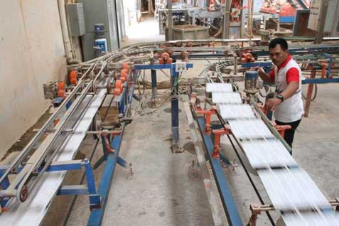 Pabrik Arwana Citra Mulia.  - Bisnis.com