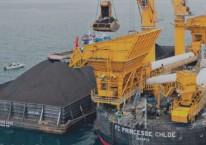 Aktivitas pemindahan muatan batu bara dari tongkang ke kapal induk dengan floating crane oleh anak usaha PT Indika Energy Tbk. (INDY)./indikaenergy.co.id\\r\\n