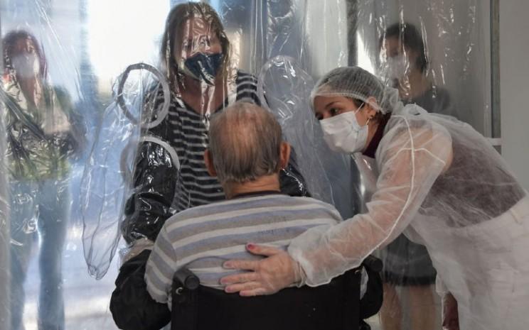 Ukuran panti jompo diduga berpengaruh pada tingkat penyebaran virus corona di komunitas lokal.  - Bloomberg