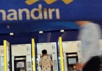 Nasabah mengambil uang di Anjungan Tunai Mandiri (ATM) Bank Mandiri di Jakarta, Selasa (10/3/2020). Bisnis/Eusebio Chrysnamurti
