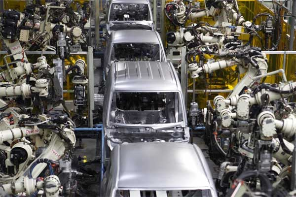 Robot pekerja tengah menyelesaikan proses produksi kendaraan bermotor.  - Reuters