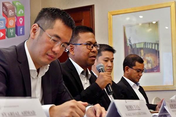 Direktur Utama PT Mitra Komunikasi Nusantara Tbk. (MKNT) Jefri Junaedi (kedua kiri), Wakil Direktur Roby Tan (kiri), Direktur Operasional Doane Cahyadi (kedua kanan) dan Direktur Marketing and Sales Artiko Samudro memberikan penjelasan saat paparan publik, di Jakarta, Selasa (5/6/2018). - JIBI/Nurul Hidayat