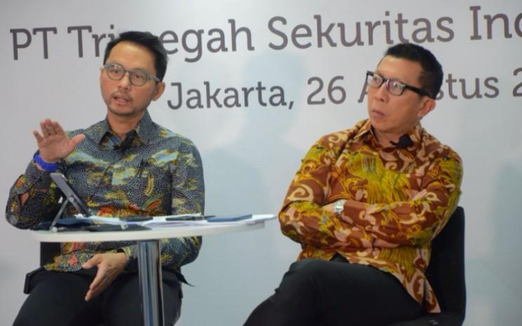 Direktur Utama PT Trimegah Sekuritas Indonesia Tbk Stephanus Turangan (kiri) didampingi oleh Direktur Trimegah David Agus (kanan) dalam sesi kegiatan paparan publik, Rabu (26/8/2020) - Istimewa