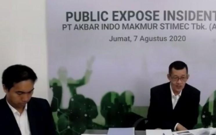 Direktur Akbar Indo M. Aditya Hutama Putra dan Sekretaris Perusahaan Akbar Indo Heriman Setyabudi (dari kiri ke kanan) dalam paparan publik insidentil, Jumat (7/8 - 2020).