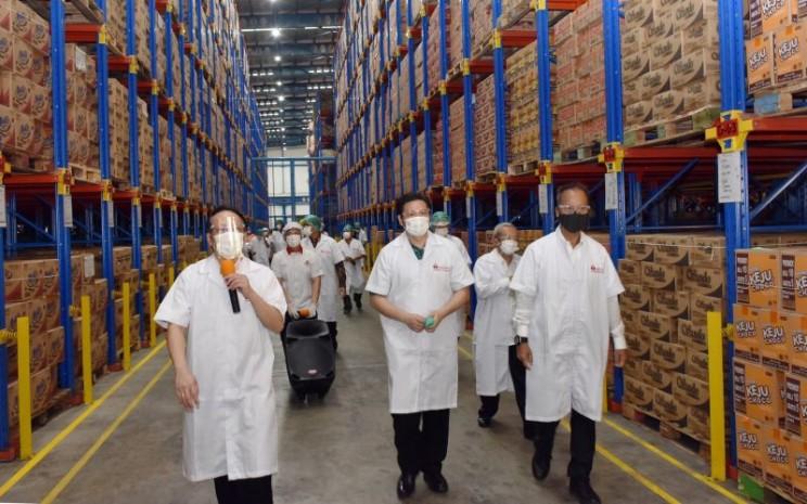 Dalam upaya menjaga aktivitas sektor manufaktur makanan dan minuman, Menteri Perindustrian Agus Gumiwang melakukan kunjungan kerja ke pabrik PT Mayora Indah Tbk di Jl Jayanti 1 di Balaraja, Tangerang, Banten (18/9/2020).  - Kemenperin