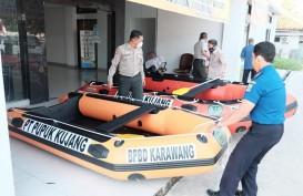 Rawan Banjir, Pupuk Kujang Hibahkan Dua Perahu Karet Bagi Warga Karawang
