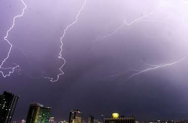 Cuaca Jakarta 18 Maret, Waspadai Hujan Disertai Kilat dan Angin Kencang