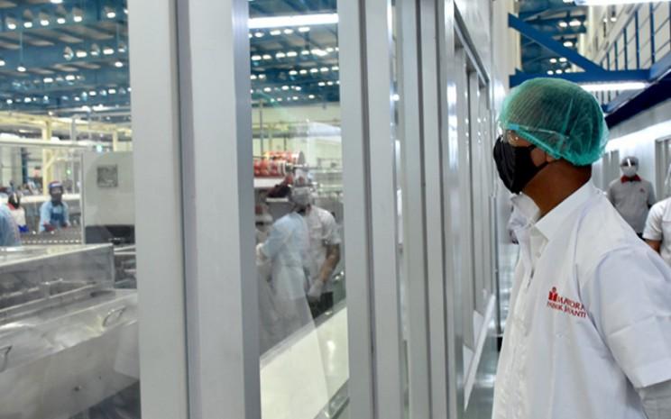 Menteri Perindustrian Agus Gumiwang Kartasasmita menyaksikan proses produksi PT Mayora Indah Tbk saat melakukan kunjungan kerja di Tangerang, Banten, 18 September 2020.  - Kemenperin