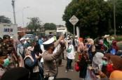 Rizieq Shihab Disidang, Polisi Halau Simpatisan Ibu-Ibu di PN Jakarta Timur