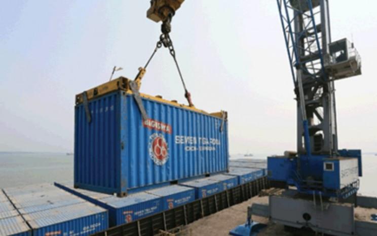 Proses pemuatan kontainer berisi semen merk tiga roda. - indocement