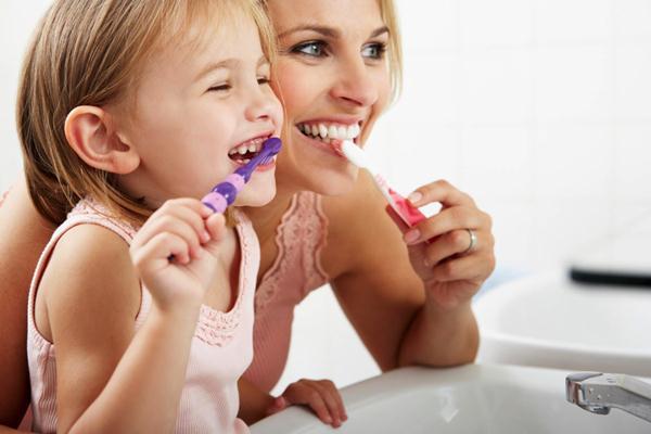 Ilustrasi ibu dan anak menyikat gigi  -  Vadentist