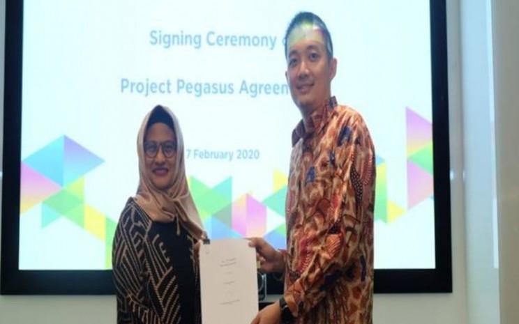 Direktur Utama XL Axiata Dian Siswarini (Kiri) dan Direktur Utama Centratama Menara Indonesia Yan Raymond (Kanan) saat meresmikan tender akusisi 1.054 menara. - XL Axiata
