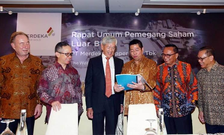 Presdir PT Merdeka Copper Gold Tbk, Tri Boewono (ketiga kanan) berbincang dengan Preskom Edwin Soeryadjaya (ketiga kiri), Wakil Presdir Richard Bruce Ness (dari kiri), Komisaris Independen Mahendra Siregar, Komisaris Heri Sunaryadi dan Direktur Independen Chrisanthus Supriyo di sela-sela RUPSLB, di Jakarta, Senin (11/3/2019). - Bisnis/Abdullah Azzam