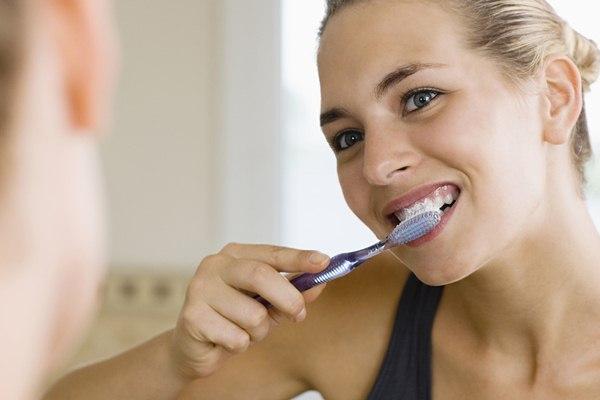 Ilustrasi. Keluarga Indonesia perlu menyadari pentingnya menyikat gigi dua kali sehari, pagi sesudah makan dan malam sebelum tidur.  - Sheknows