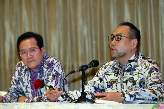 COO PT Arwana Citramulia Tbk Edy Suyanto (kanan) bersama CFO PT Arwana Citramulia Tbk Rudy Sujanto memberikan penjelasan saat paparan kinerja di Jakarta, Jumat (1/3/2019). - Bisnis/Abdullah Azzam