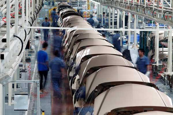 Pekerja telah merakit komponen kendaraan bermotor di pabrik Geely Automobile Corporation di Cixi, Provinsi Zhejiang, 12 Juni 2012.  - REUTERS/Carlos Barria