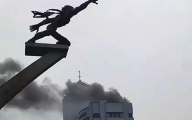 Asap terlihat mengepul dari Rooftop Graha Mustika Ratu. - Instagram/jakfire
