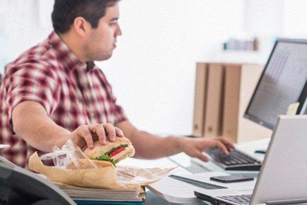 Ilustrasi makan berlebihan memicu obesitas  -  Dailymail