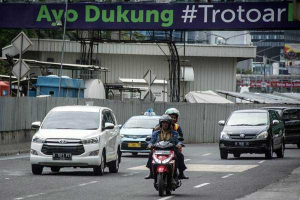Pengendara sepeda motor melaju di Jalan MH Thamrin, Jakarta, Selasa (9/1). - ANTARA/Aprillio Akbar