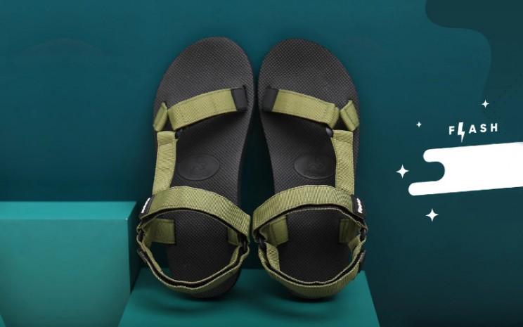 Sandal. Tidak hanya plastik, sandal dengan bahan yang tidak dapat terurai juga berpotensi merusak lingkungan.  - Fipper Indonesia