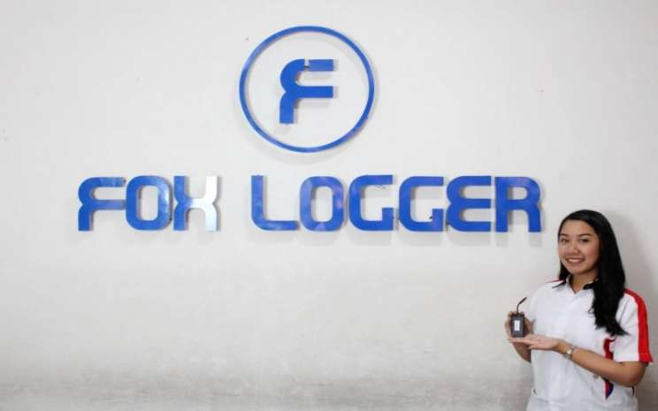 Model memperlihatkan perangkat pelacak kendaraan motor Fox Logger. - Istimewa/Fox Flogger