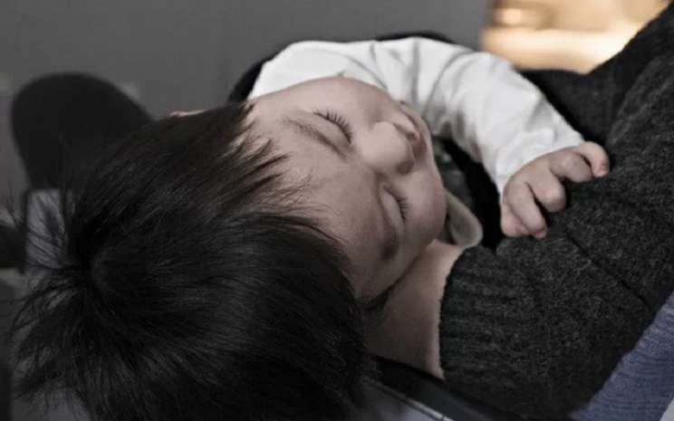 Ilustrasi seorang anak digendong ibunya. - Antara