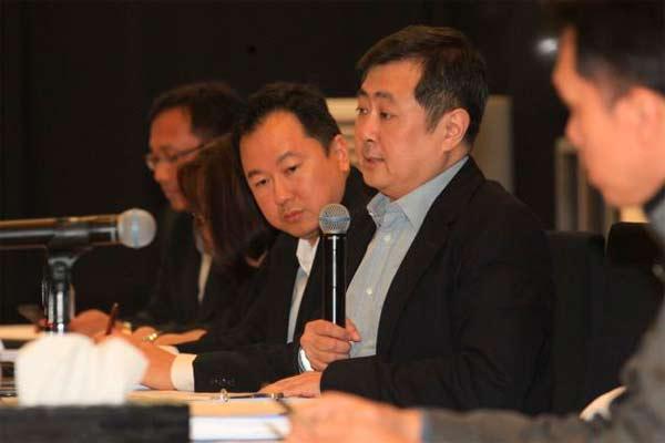 Rudy Tanoesoedibjo, saat masih menjabat sebagai Direktur Utama PT MNC Sky Vision Tbk. (kanan), didampingi direksi lainnya memberikan penjelasan mengenai kinerja perusahaan seusai rapat umum pemegang saham tahunan kedua dan luar biasa kedua di Jakarta, Senin (23/5/2016). Dalam rapat tersebut antara lain menyetujui perubahan susunan direksi dan komisaris.  - Bisnis.com